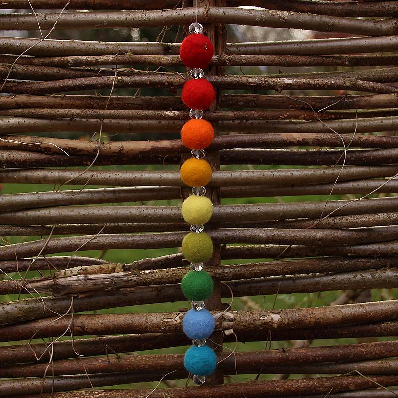 Filzpackung: Regenbogen Filzkugeln mit Glaskristall T&W