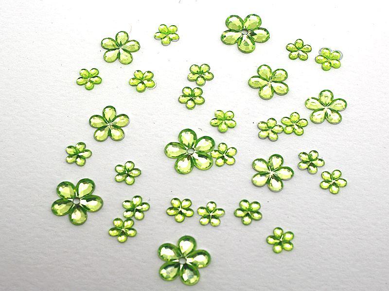 Strassblüten aus Acryl in grün