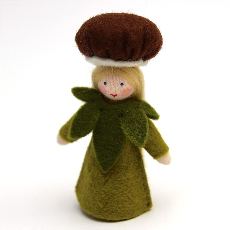 Pilzkind mit dunklem Hut