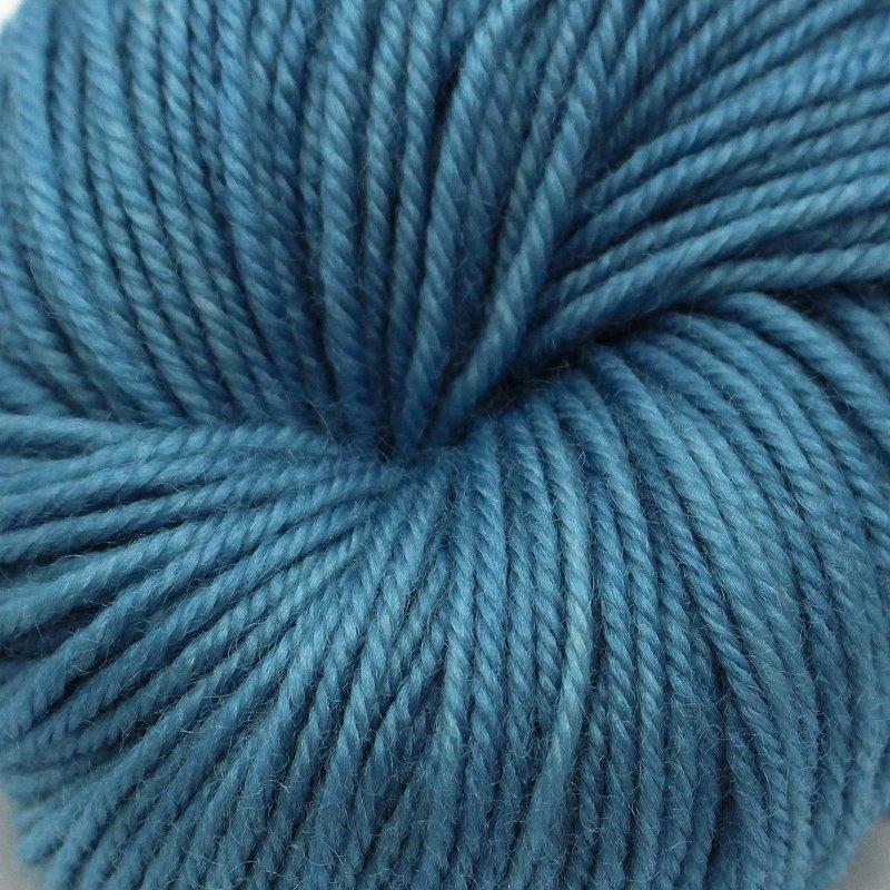 Pflanzengefärbter Schurwollzwirn Himmelblau